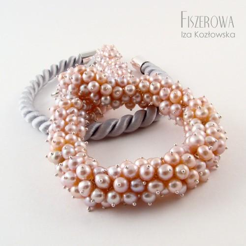 Pudrowe perły na linie
